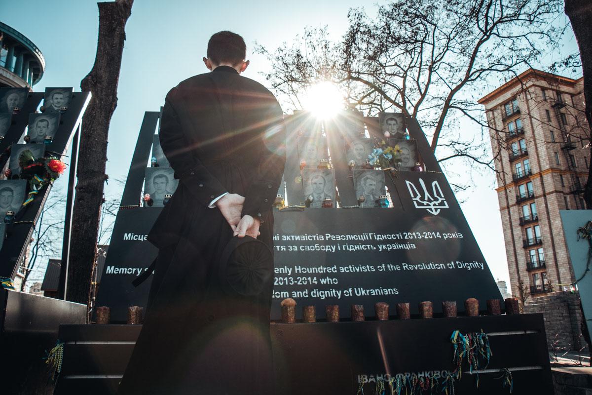 Почтить память Героев пришли и работники музея Революции достоинства
