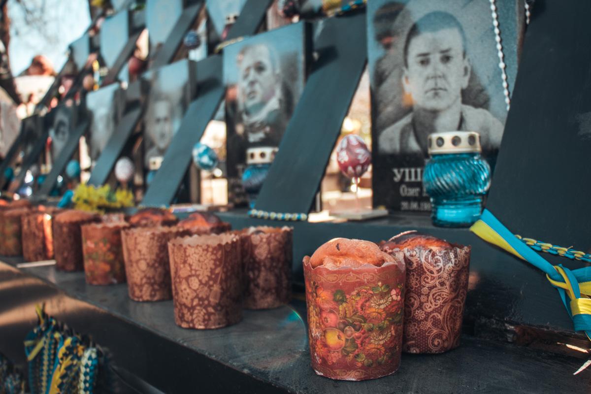 К мемориалам выложили более 100 пасок и писанок
