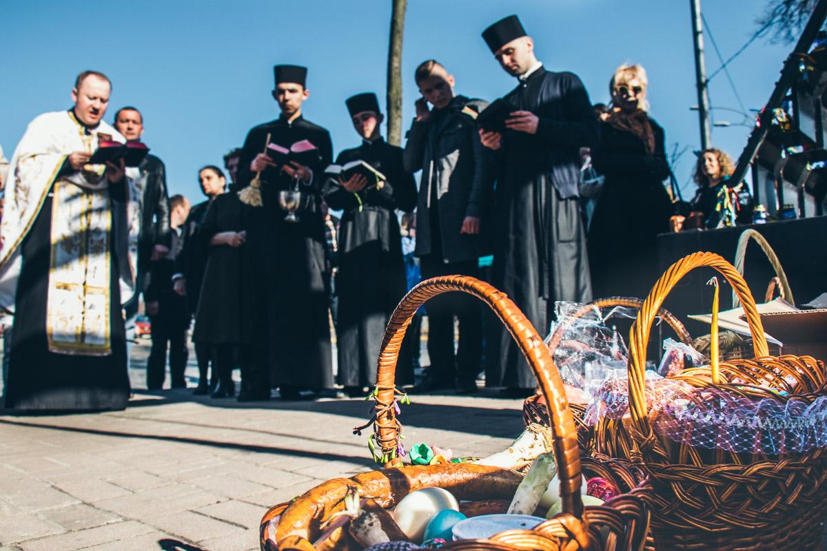 Священники освятили паски и крашанки на Аллее Героев Небесной сотни