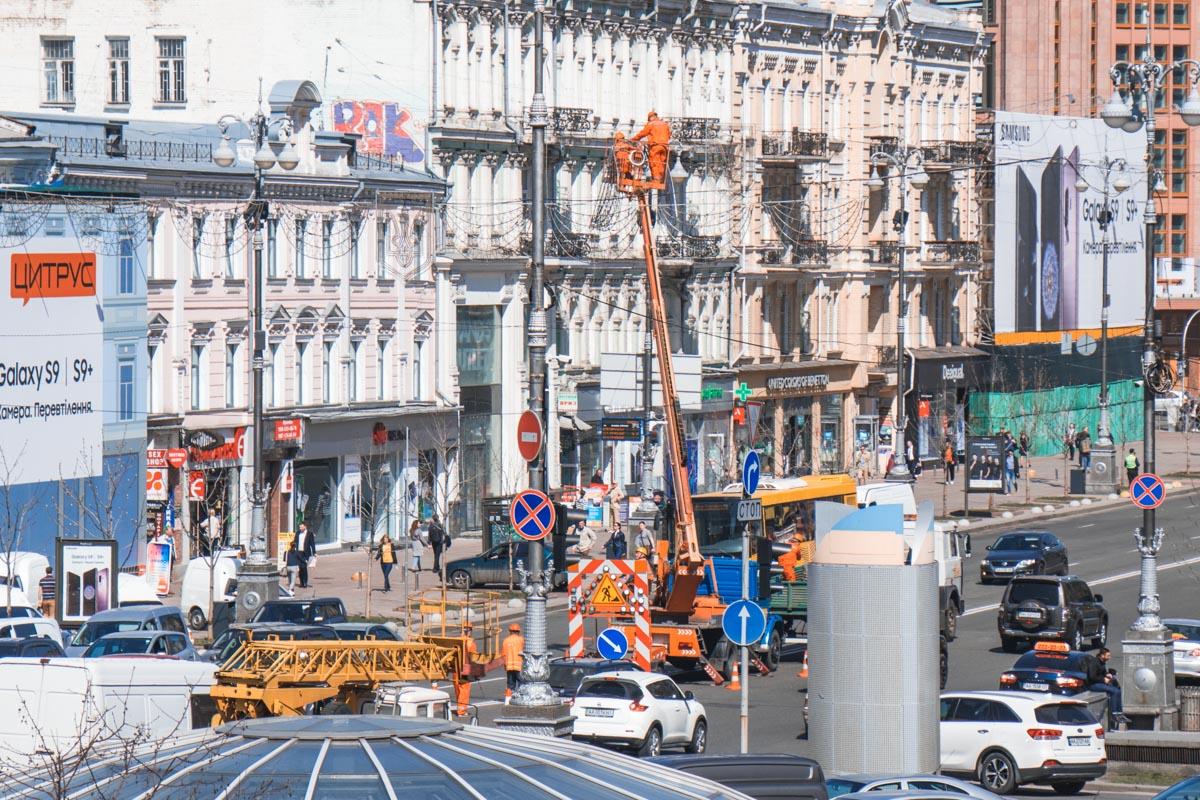 Спецтехника с самого утра перекрывает одну полосу движения на центральной улице