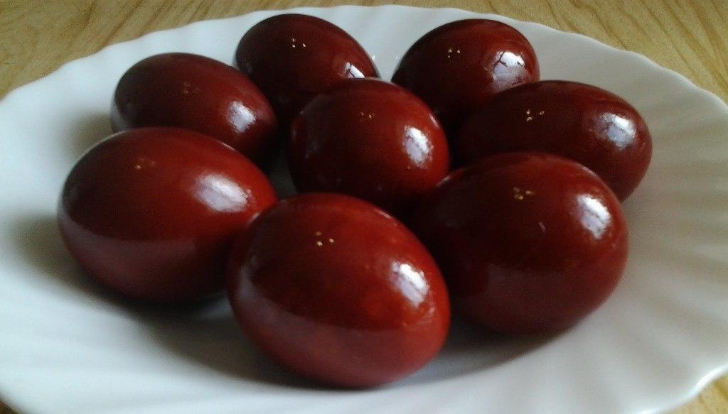Самый распространенный способ - варить яйца в луковой шелухе