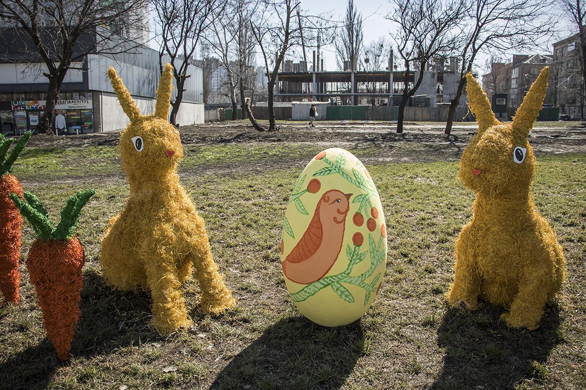 На бульваре Дружбы народов установили скульптуры пасхальных кроликов