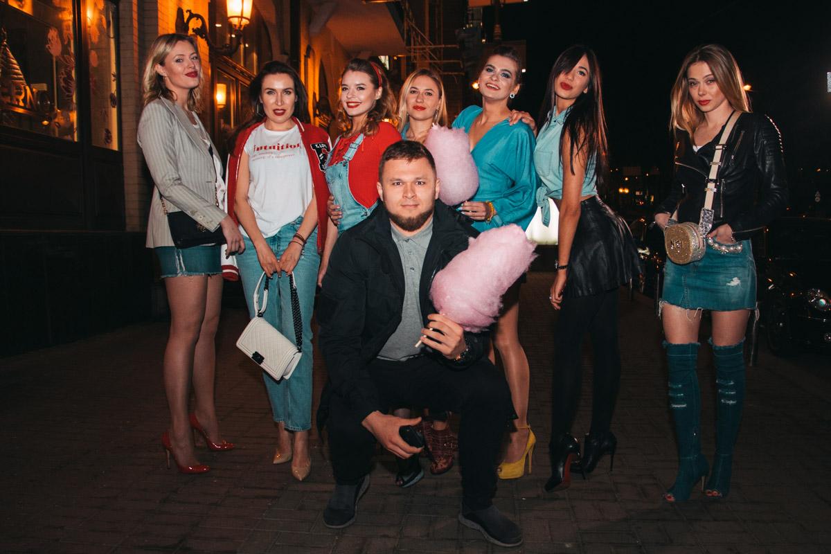 Красотки вышли на охоту: семь девушек на одного