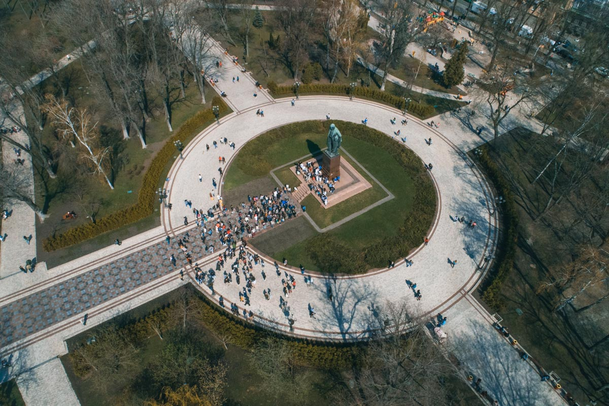 В Киеве возле памятника Шевченко собралась сотня активистов и ученых