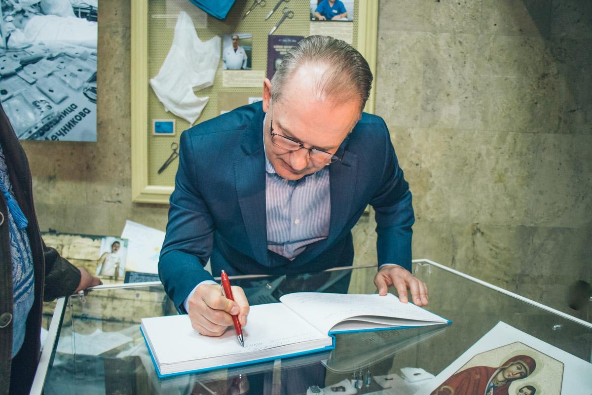 Сергей Рыженко признался, что сложно ежедневно видеть измученных ранениями бойцов, однако знает, что если он и его коллеги-медики непомогут, то этого уже не сделает никто