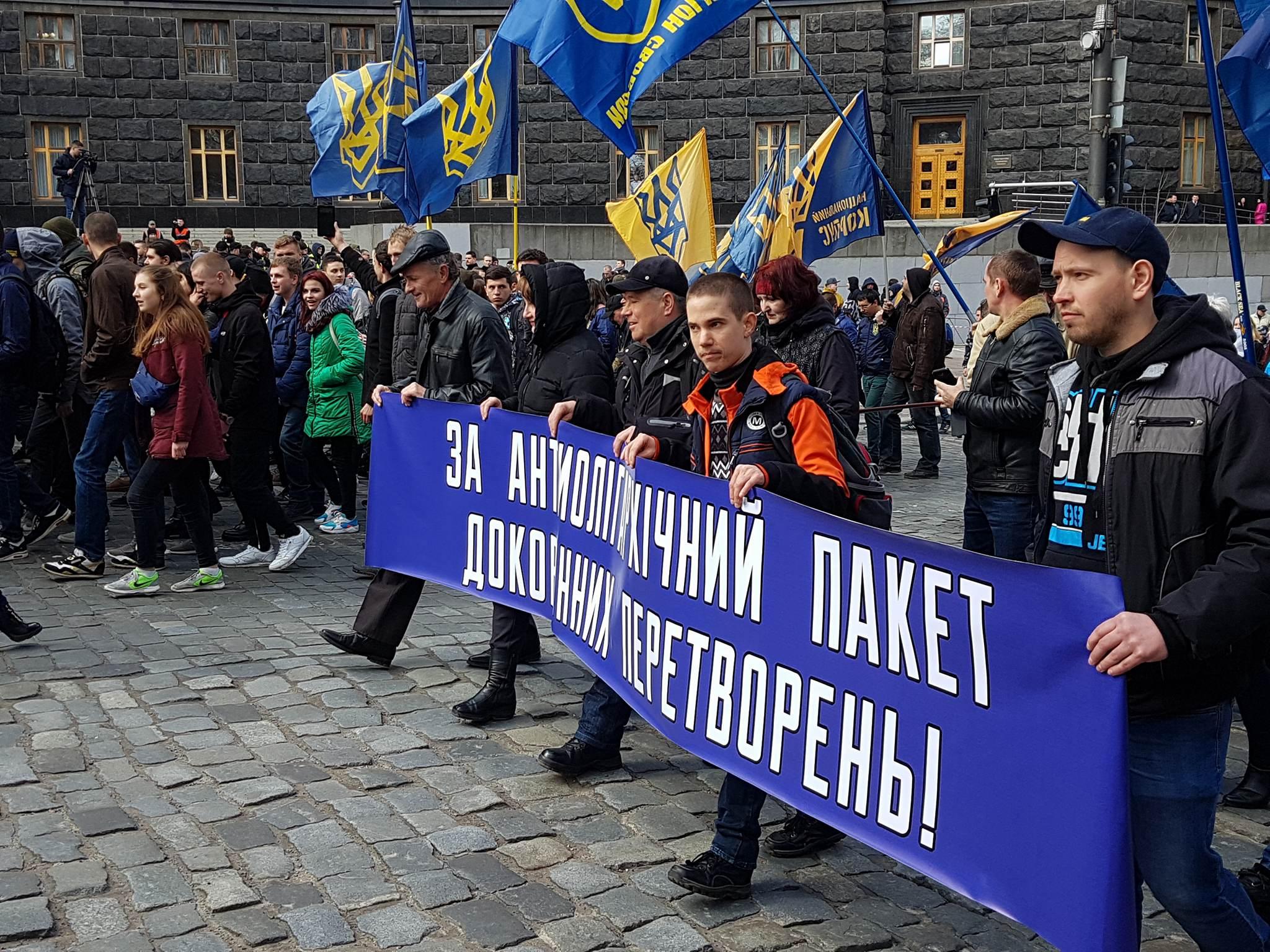 Шествие по улице Грушевского переместилось к Кабмину