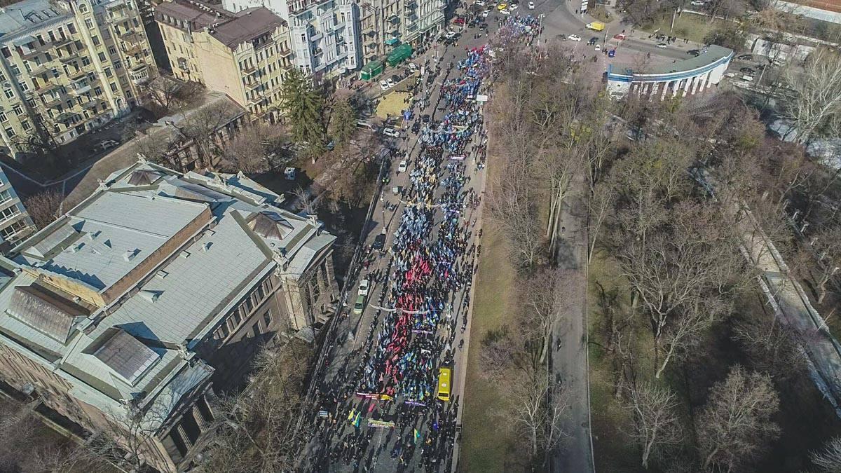 Смена локаций по мере передвижения митингующих вызывает затруднение движения транспорта