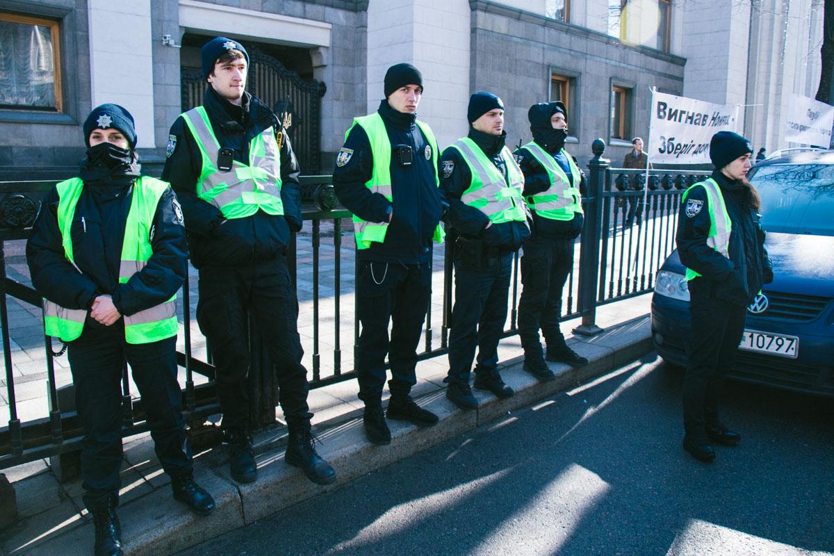 Подход к Верховной Раде заблокировали полицейские, на территории установили ограждения