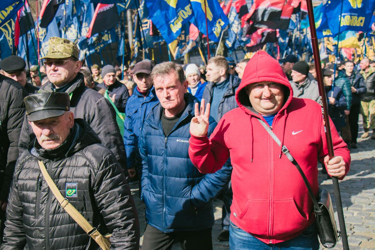 Однако часть пикетчиков отправилась под Верховную Раду и к Администрации Президента