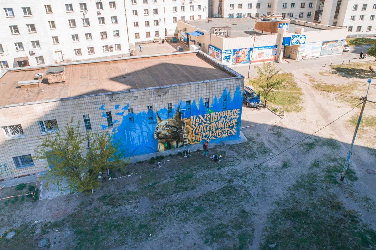 """Монументалист рисует в основном в местности у метро """"Черниговская"""""""