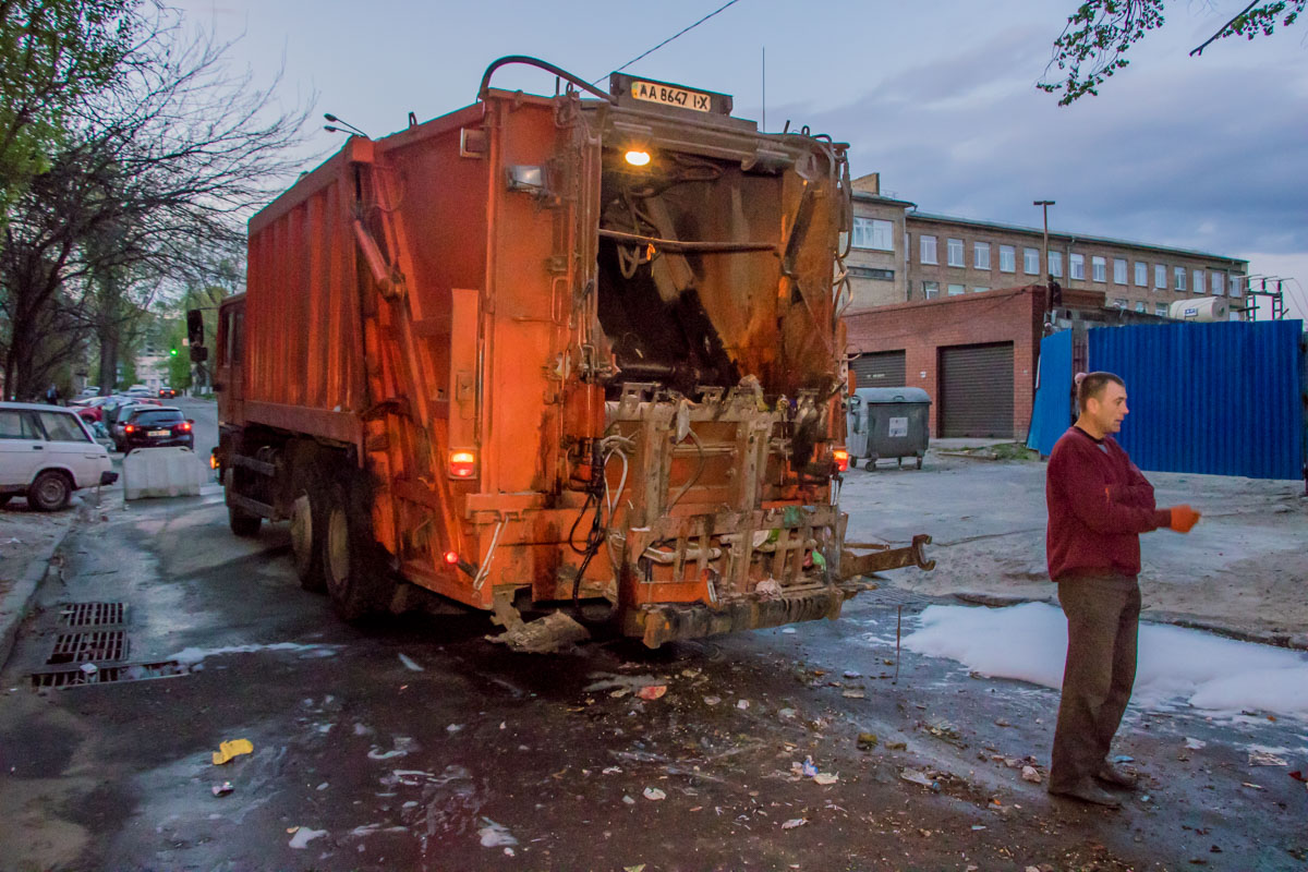 Мусор начал гореть прямо в машине для вывоза отходов