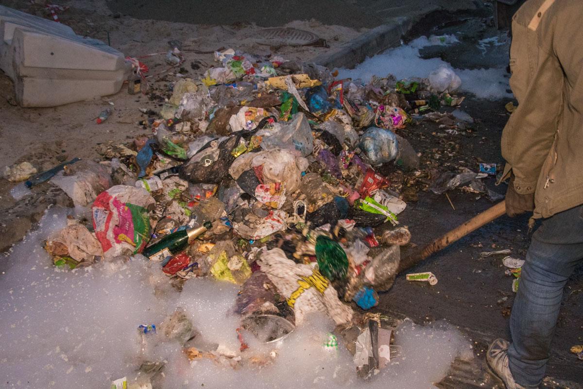Во время ликвидации возгорания мусор продолжал взрываться