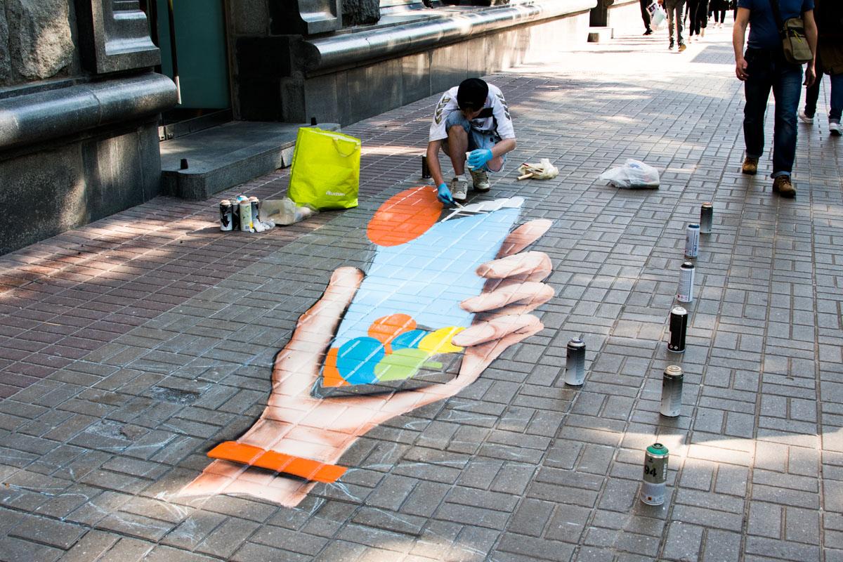 Цветное граффити привлекает внимание прохожих
