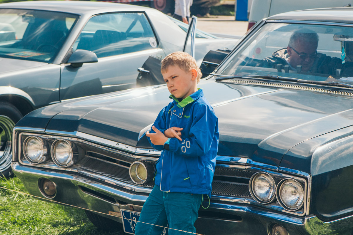 Дети с огромным удовольствием бегали по территории мероприятия и рассматривали авто