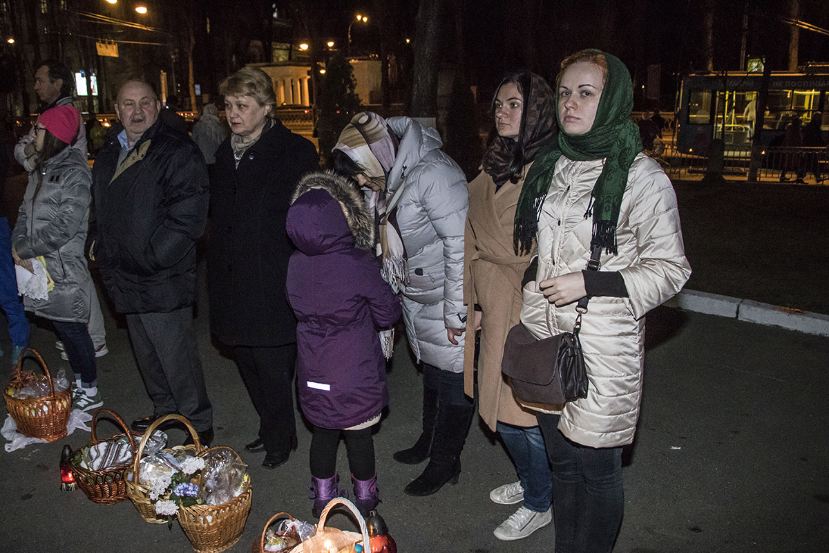 Возле самого собора стояли люди с корзинками