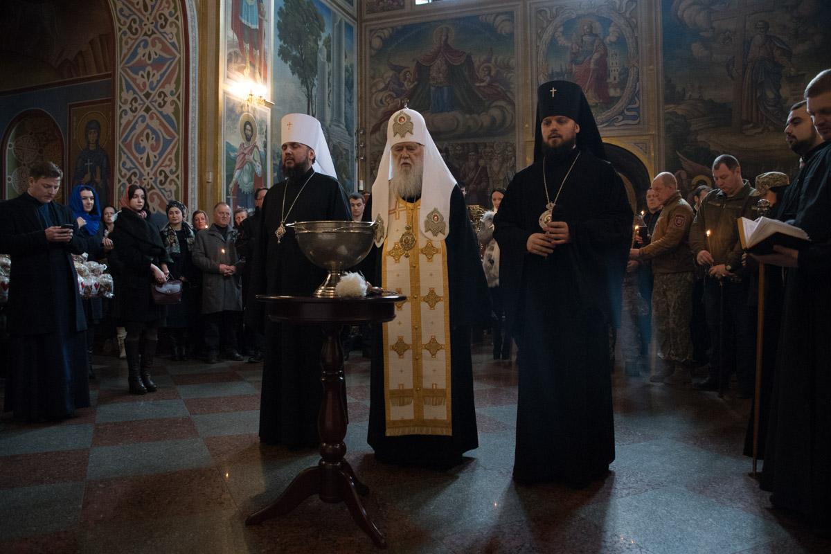 Филарет освятил пасхальные куличи в Михайловском соборе