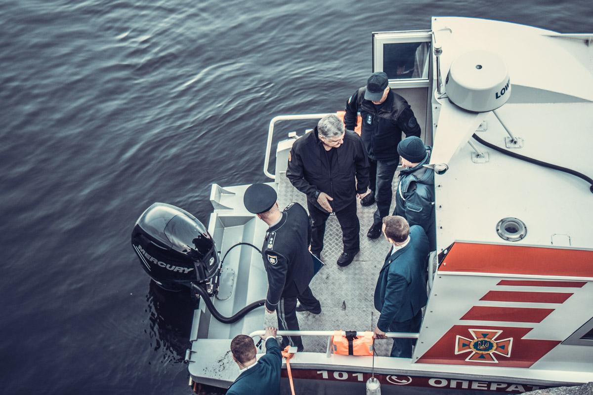 Петр Порошенко проверят аварийно-спасательный катер ГСЧС