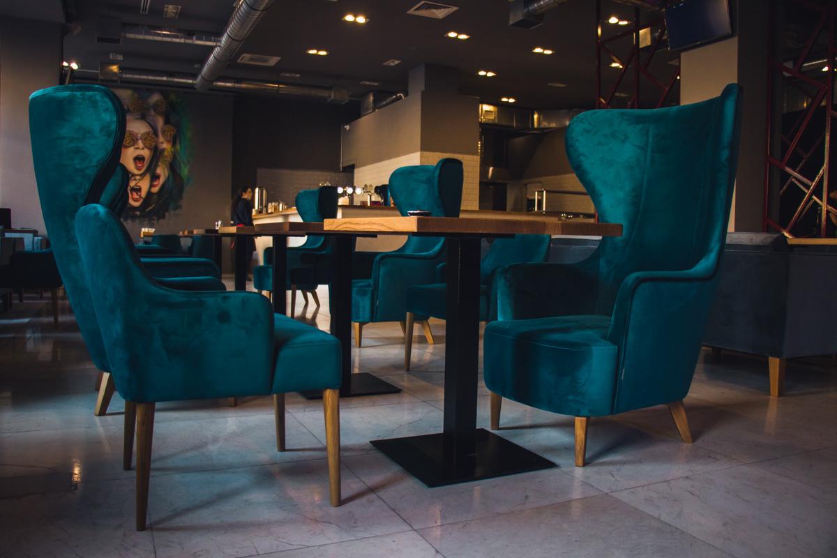 Гламурные кресла на втором этаже пиццерии