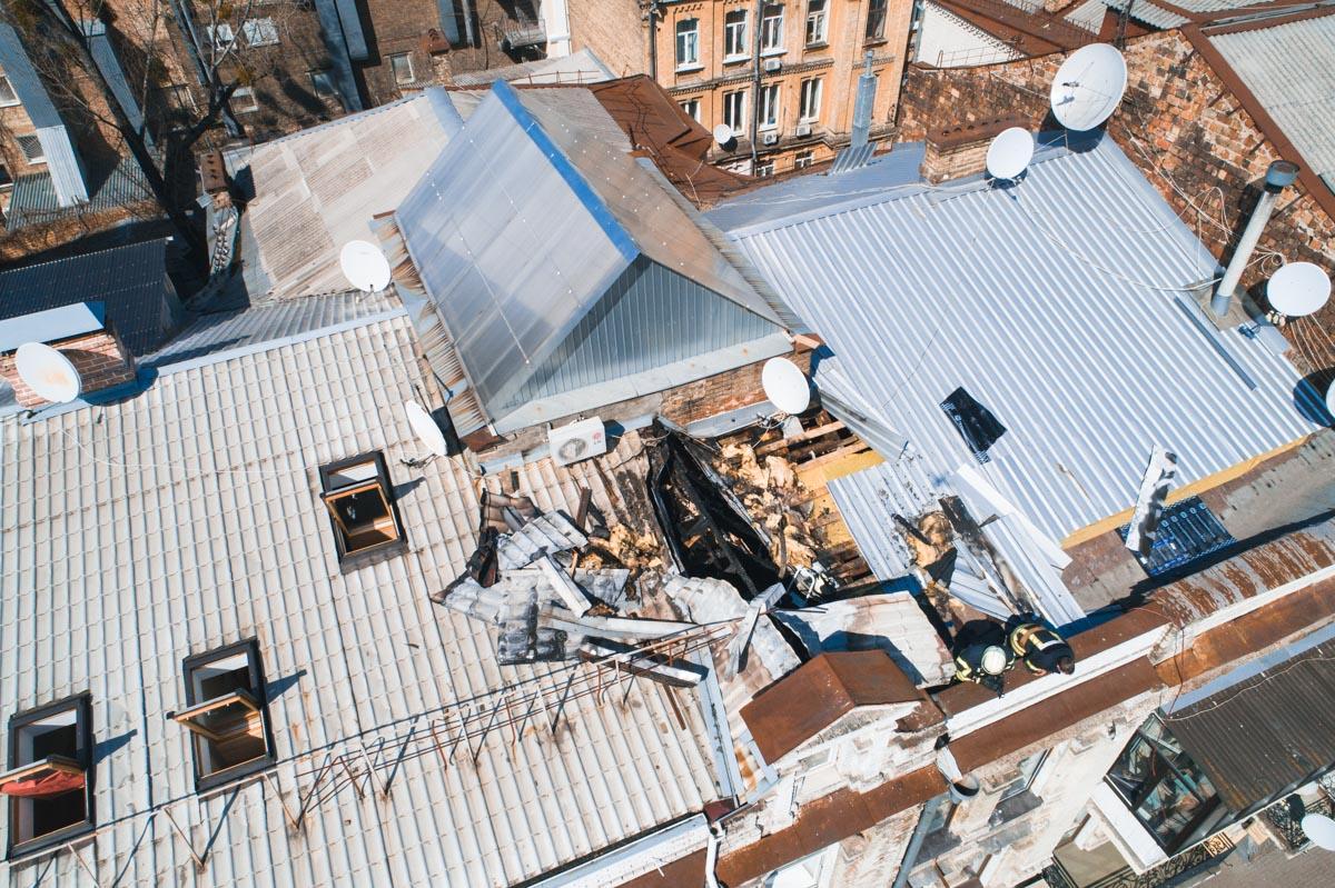 Очевидцы рассказывают, что на крыше стал плавиться рубероид, из-за этого здание и загорелось