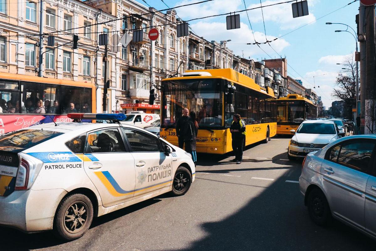 Из-за возгорания перекрыли движение транспорта по улице Симона Петлюры