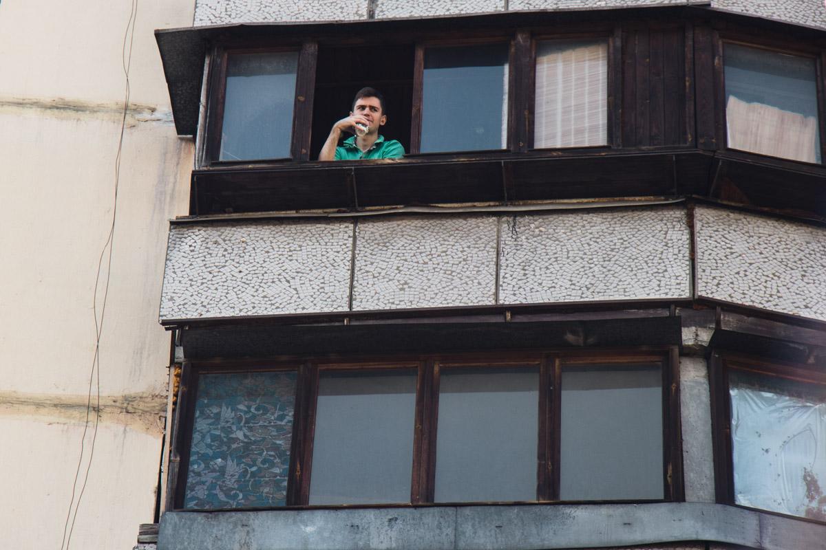 Некоторые жители не спешили покидать дом, спокойно наблюдая за работой спасателей