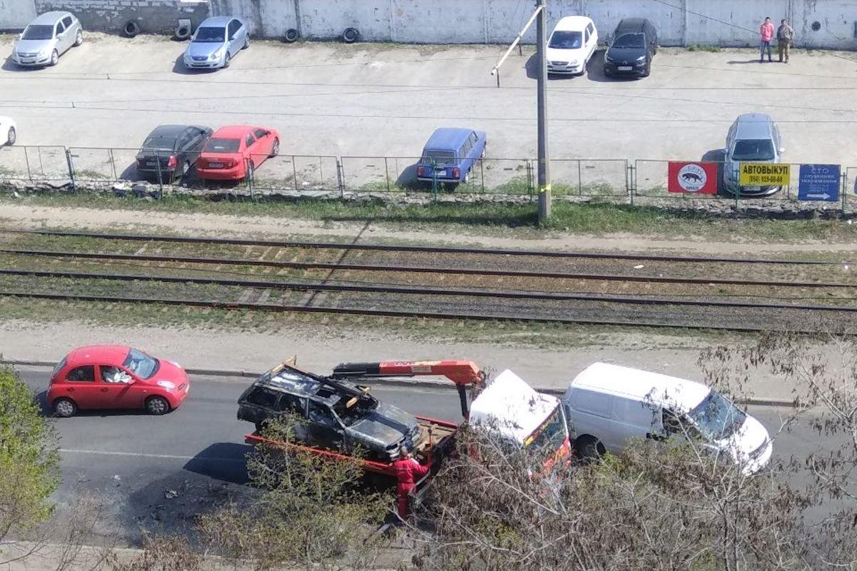 Volkswagen, который сгорел в Киеве на Закревского, забрал эвакуатор