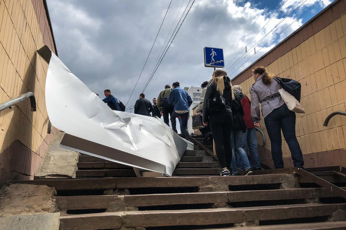 Огромный металлический лист сорвало с фасада здания около 11:50