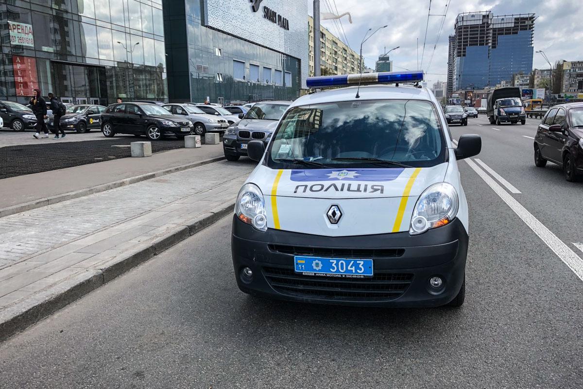 Полицейские на месте событий рассказали, что будут разбираться, кто виноват в происшествии - природа или халатность руководства торгового центра
