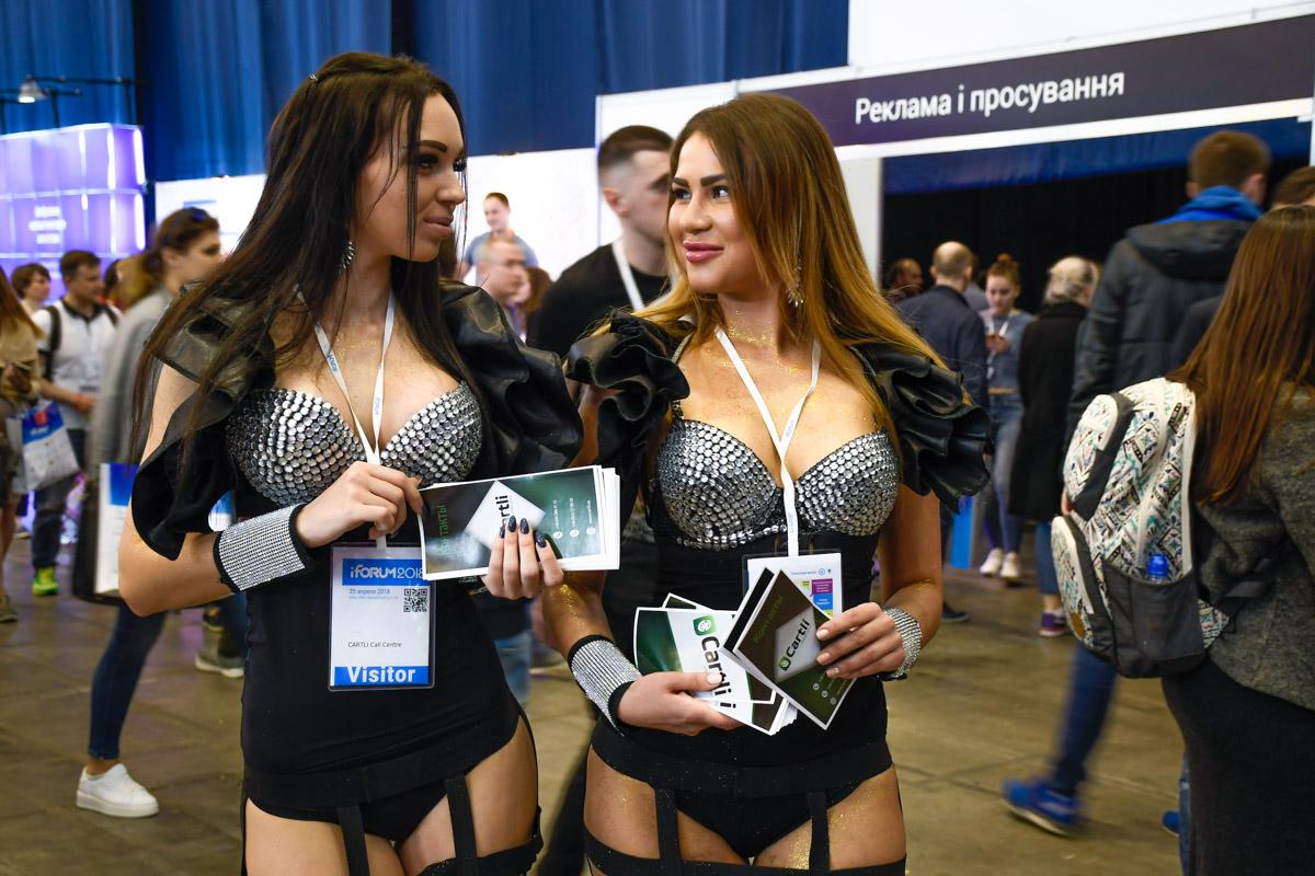 Девушки в эпатажных платьях раздавали брошюры