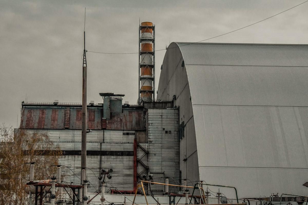Знаменитая полосатая труба все еще возвышается над станцией