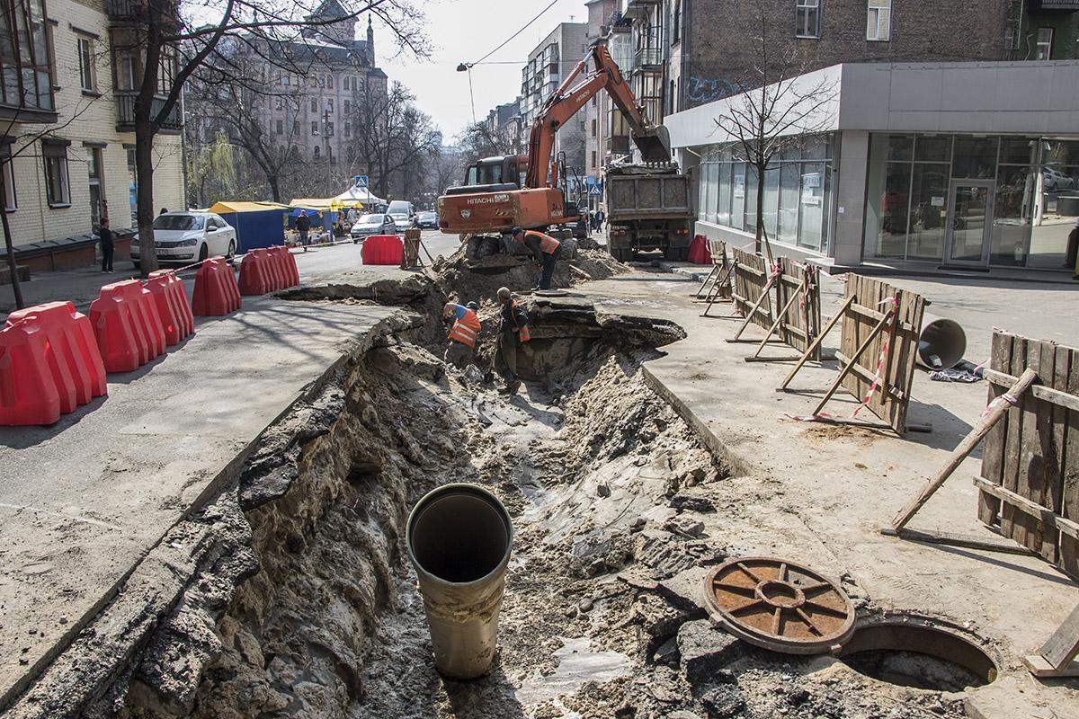На улице Гончара повредили водовод