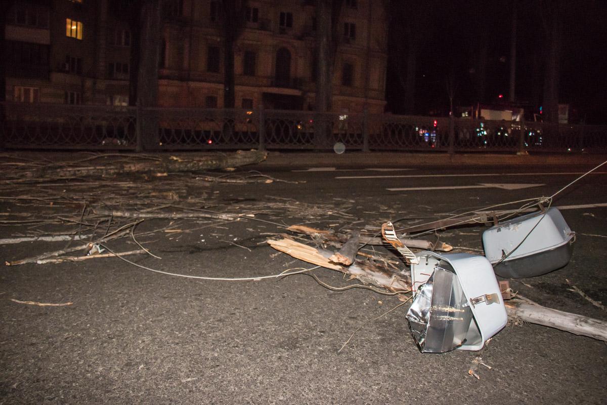 Дерево повредило линию электропередач