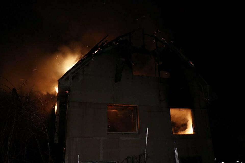 Существовала угроза распространения огня на соседние дома