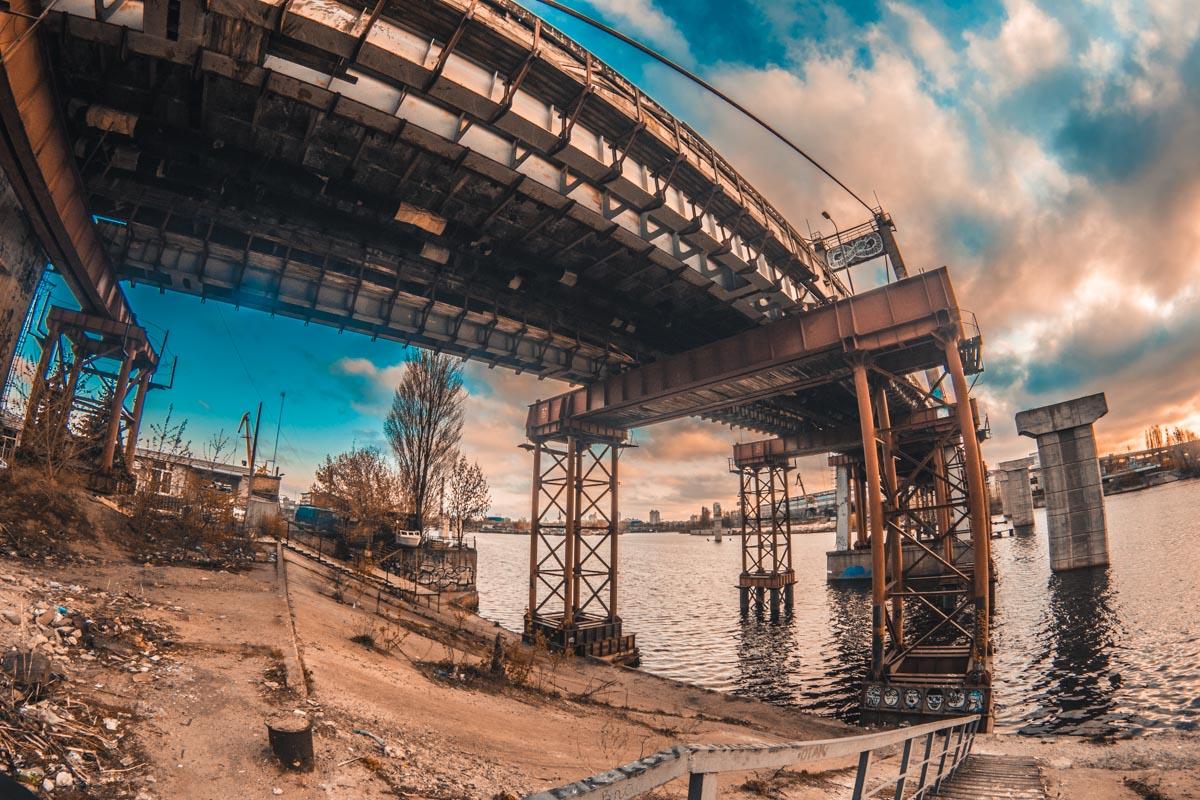 В начале 1990-х годов мост был признан аварийным