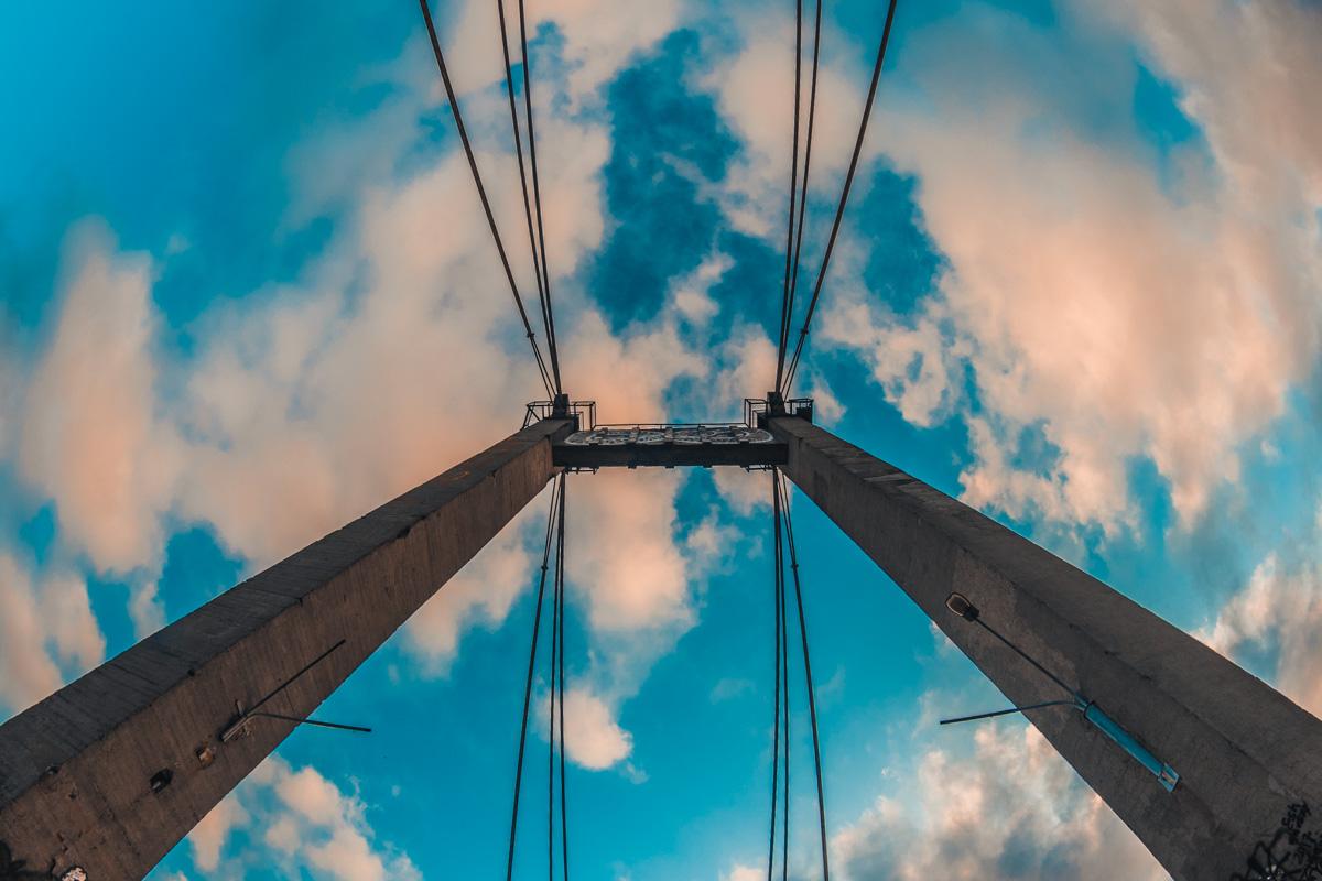 Рыбальский мост является одним из первых в мире вантовых мостов с железобетонной балкой жесткости