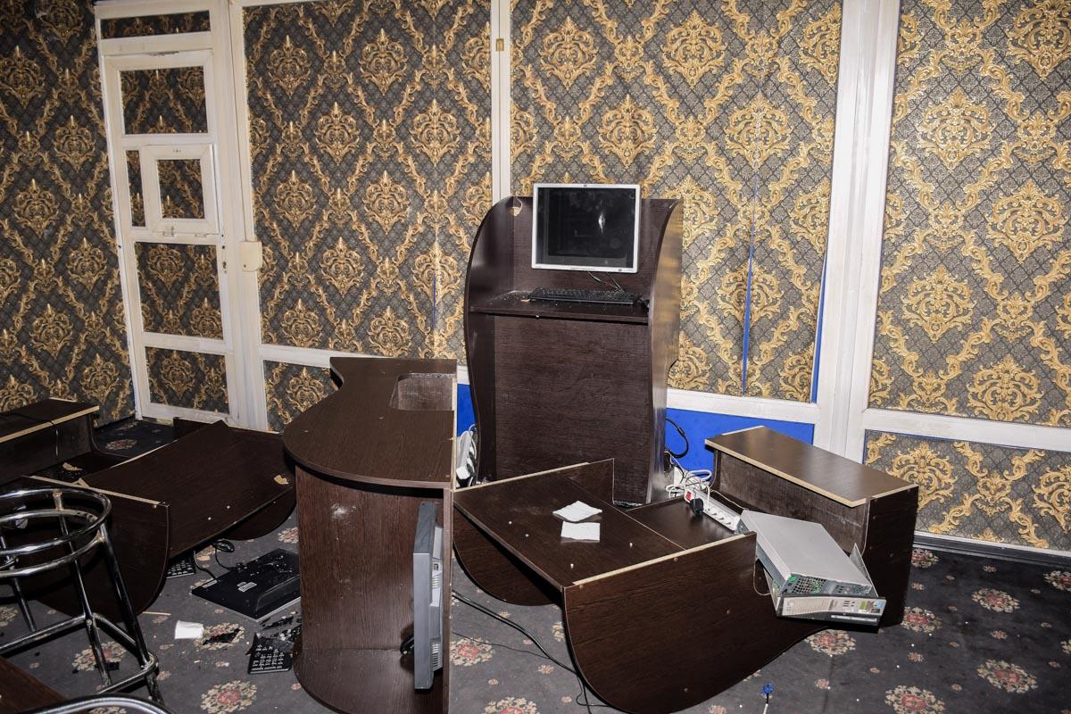 Преступники громили мебель, аппаратуру и забирали деньги из касс