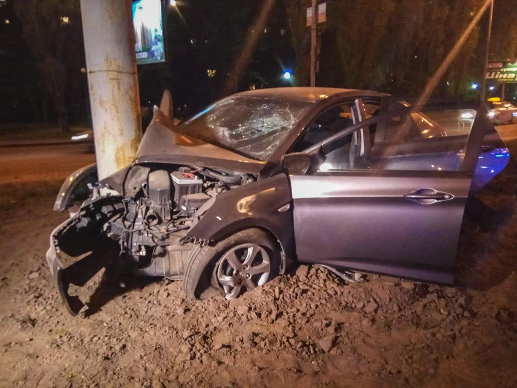 По словам пассажира, у машины лопнула шина и она стала неуправляемой