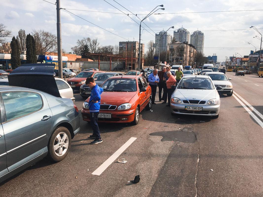 15 апреля на улице Александра Довженко, 8 произошло тройное ДТП
