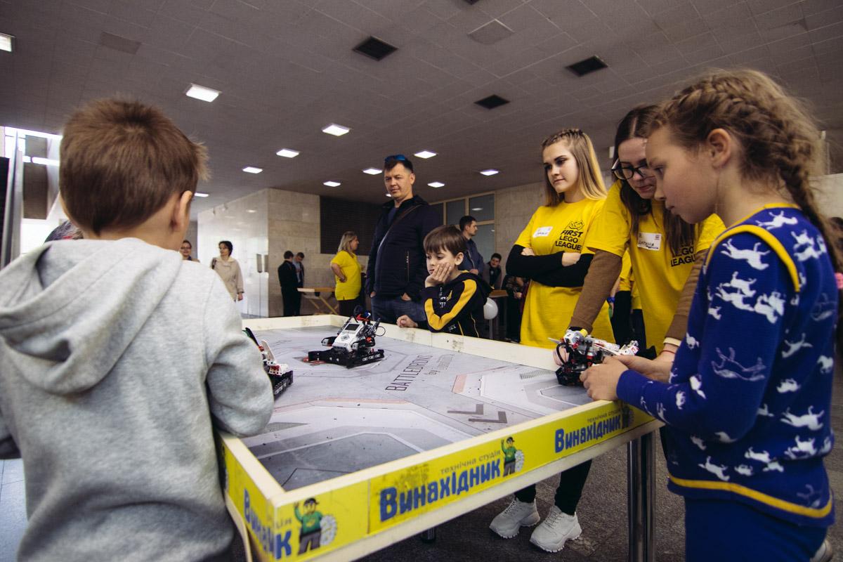 На фестивале можно не только построить роботов, но и поиграть с ними