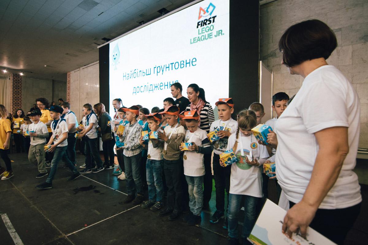 Дети своими руками делали роботов и соревновались между собой