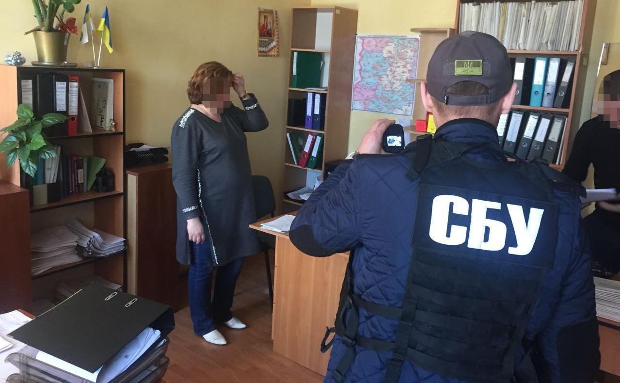 За вымогательство $1000 и взятку служба безопасности задержала инспектора одного из районных отделений фискальной службы Киева