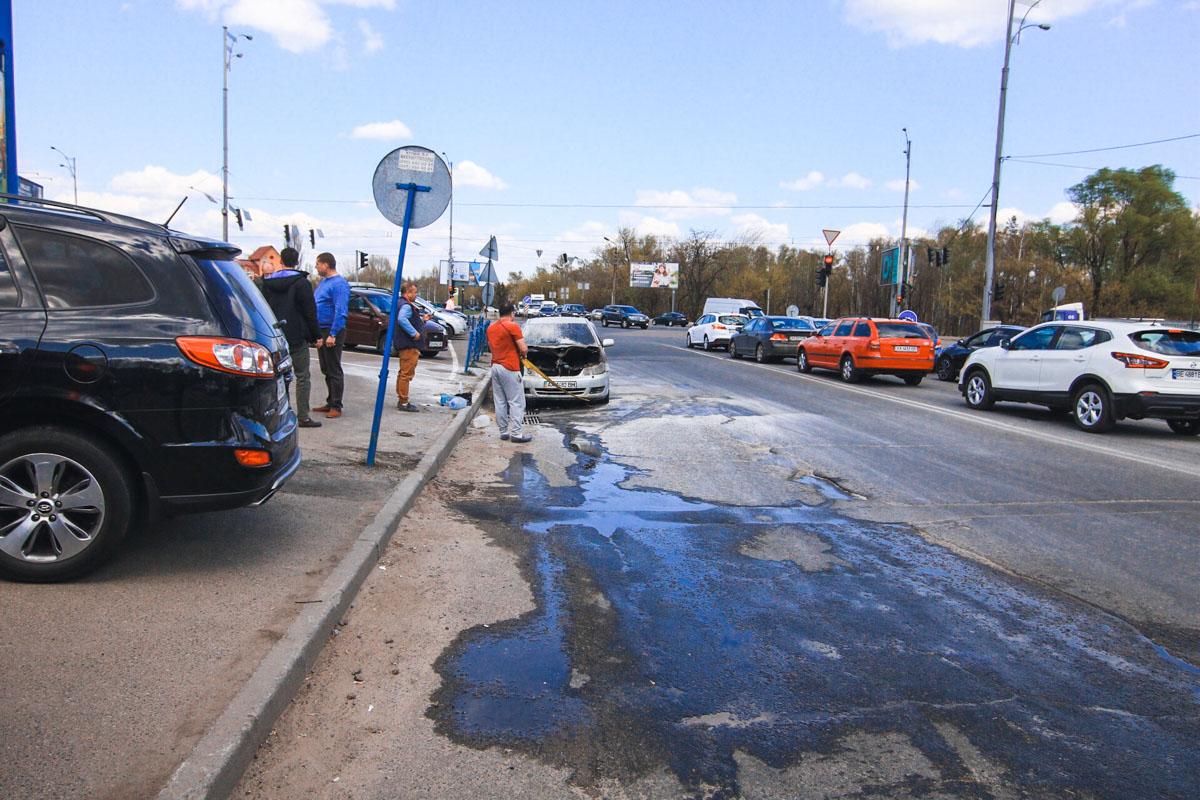 """На улице Братиславской, недалеко от гипермаркета """"Эпицентр"""" вспыхнул автомобиль Toyota"""