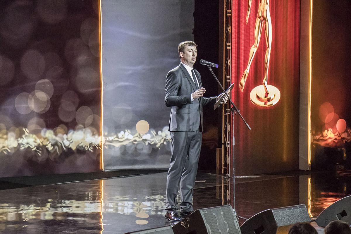 Со сцены шутил и потом объявлял победителей Валерий Жидков