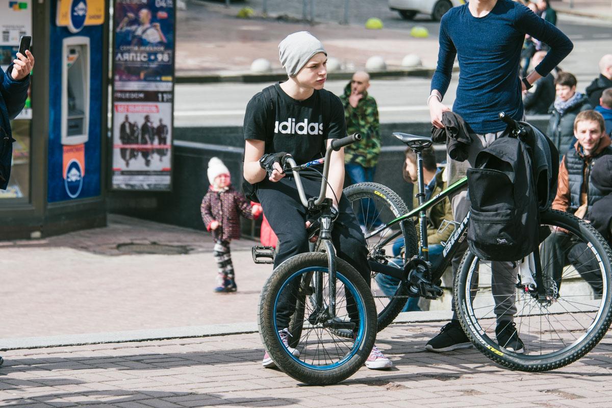 С приходом тепла парни разделить и пересели на велосипеды