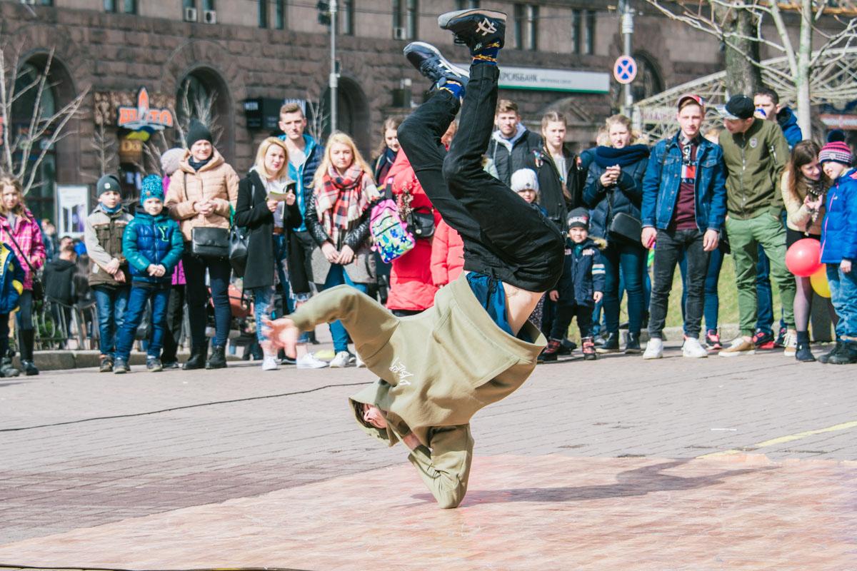 Уличные танцоры как никто радуются потеплению