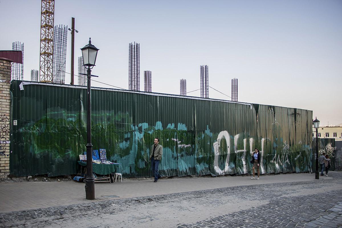 Андреевский спуск - это комплексный памятник градостроительства, а земельный участок по адресу Андреевский спуск, 14-16 входит в охранную зону объекта всемирного наследия ЮНЕСКО