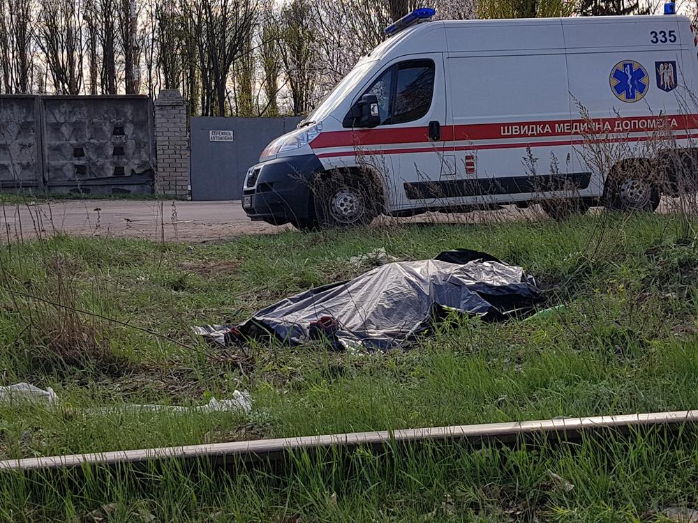 Тело мертвой женщины около железнодорожных путей нашли сотрудники близлежащей складской базы