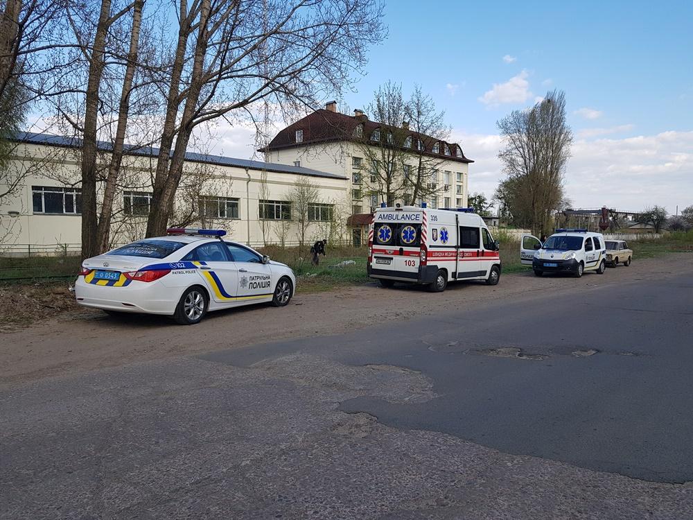 На месте работали патрульные, следственно-оперативная группа и медики