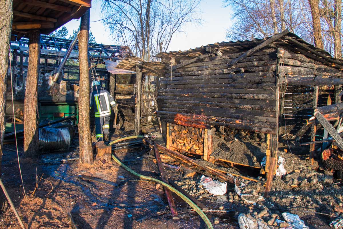 Огонь перекинулся на соседние постройки