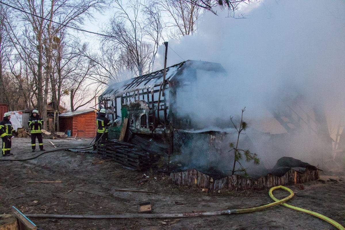 Огонь охватил вагончик в котором жили охранники